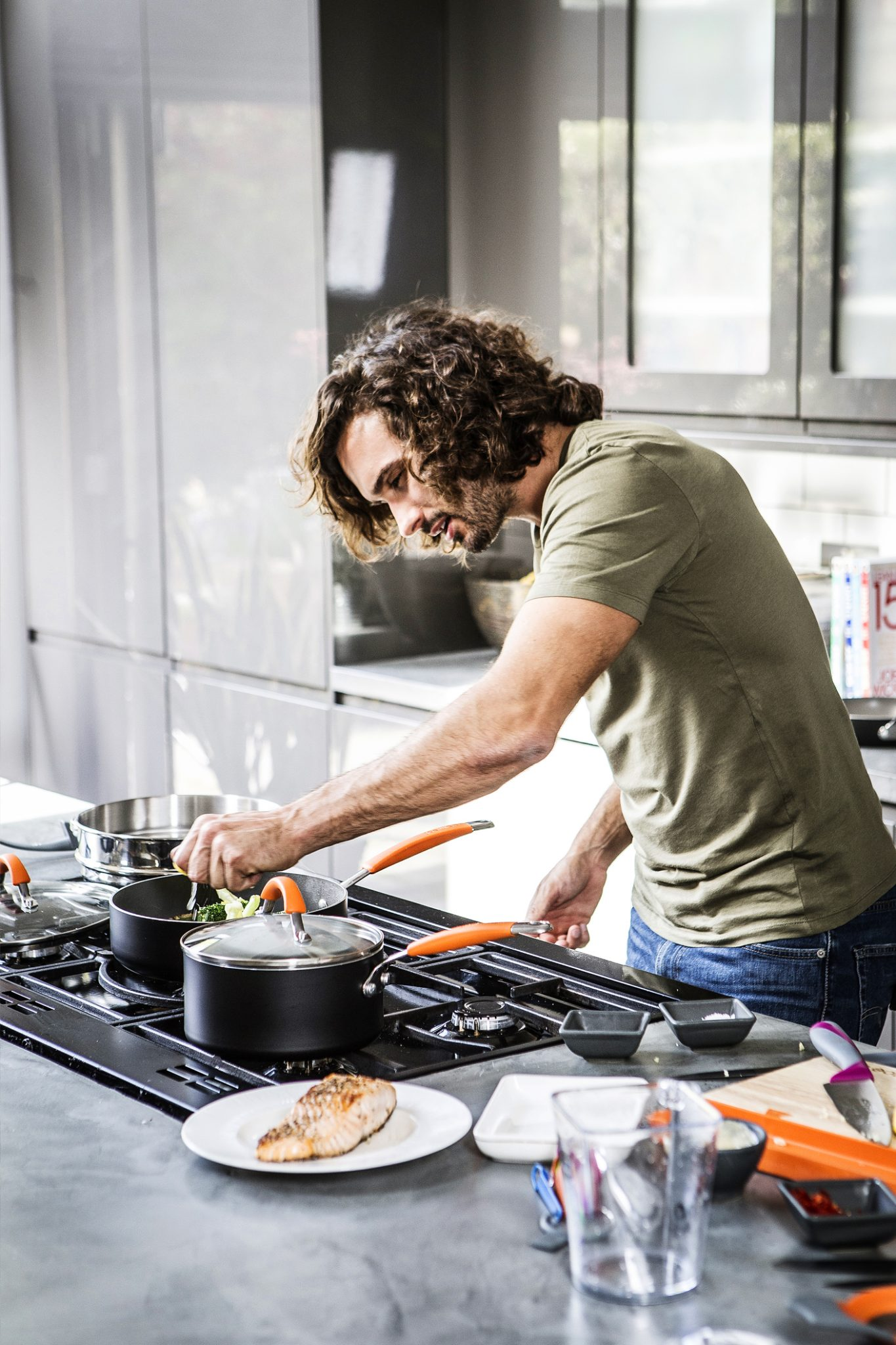 lifestyle-photography-of-Joe-Wicks-The-Body-Coach-using-his-new-cookware-range