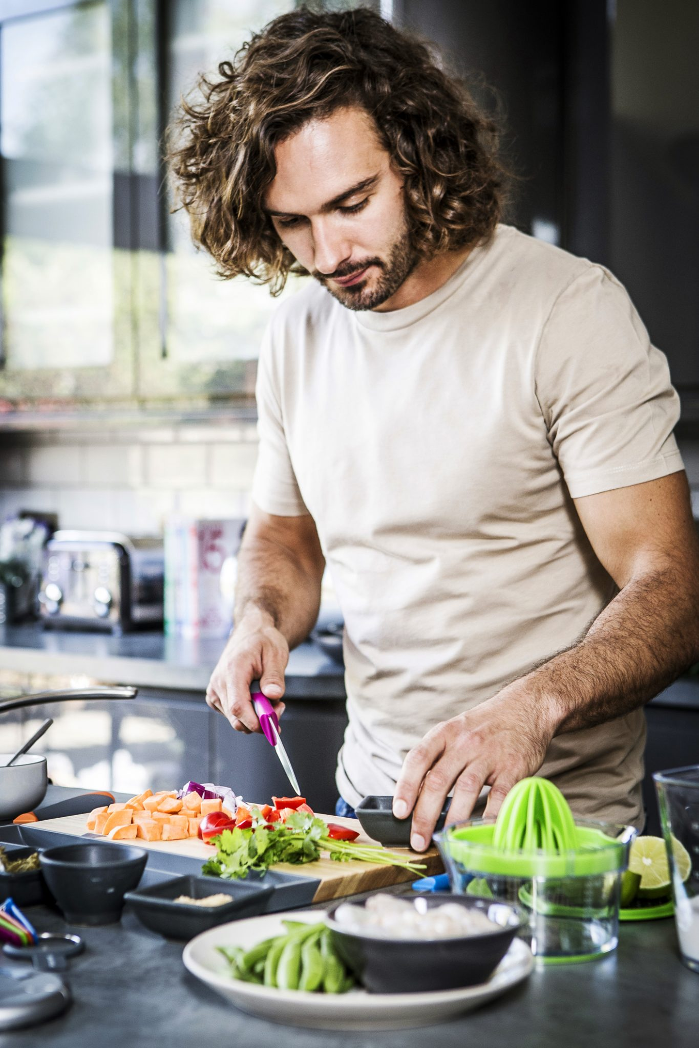 photography-of-Joe-Wicks-using-his-new-cookware-range