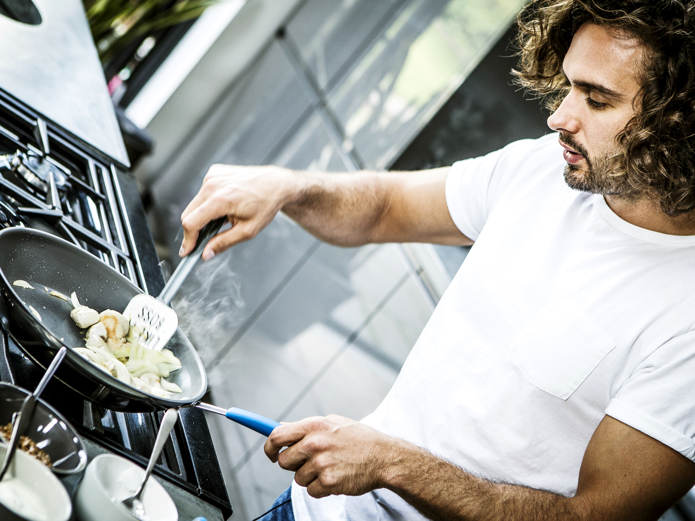 photography-of-joe-wicks-cooking-in-london